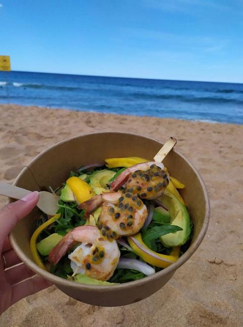 Salad with prawns (shellfish)
